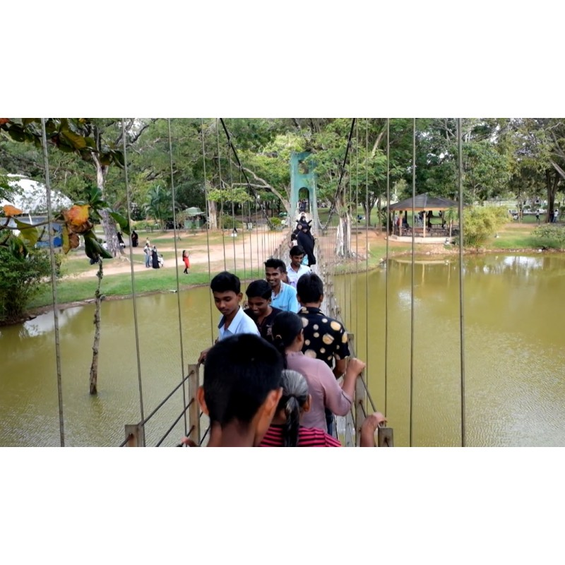 Sri Lanka - Colombo - people - summer - heat - fountain - lake - chain bridge