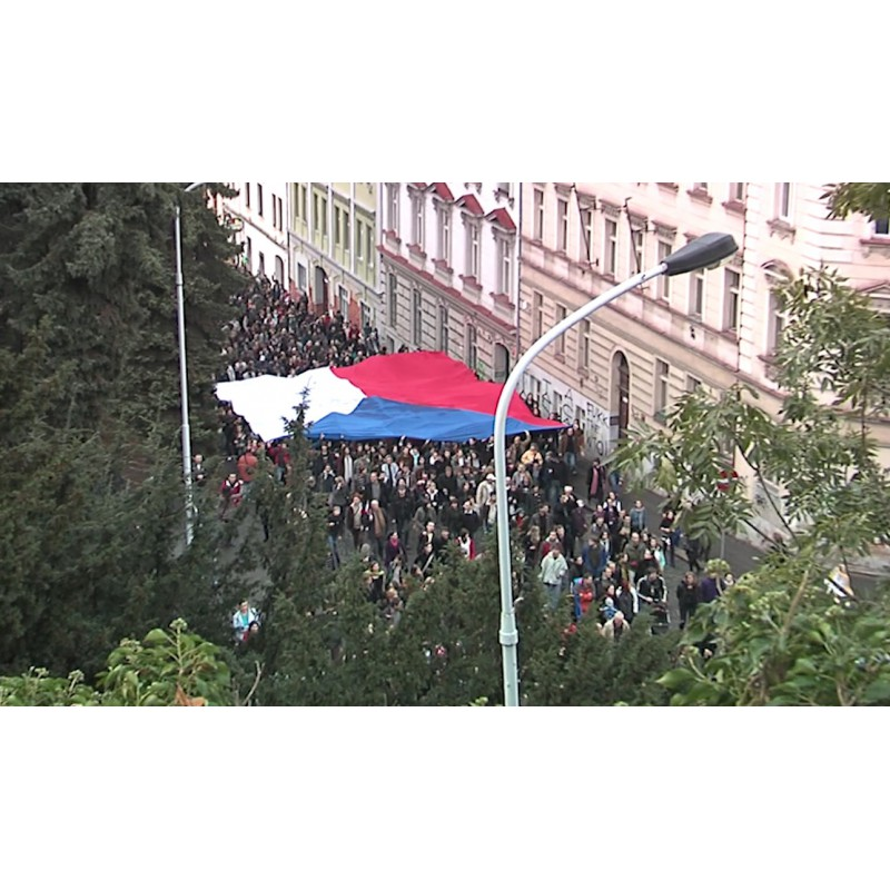 CR - Prague - people - demonstration - procession - Czech flag - candles - police - 17 November