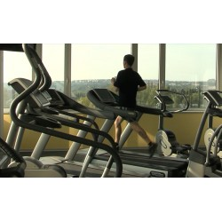 ČR - Praha - fitness centrum - posilovací stroje - běhací pás