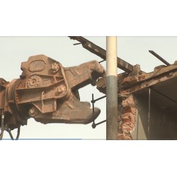 ČR - stavebnictví - demoliční nůžky - Caterpillar - bourání budovy