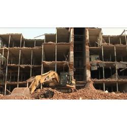 ČR - stavebnictví - stroje - Caterpillar - demolice budovy
