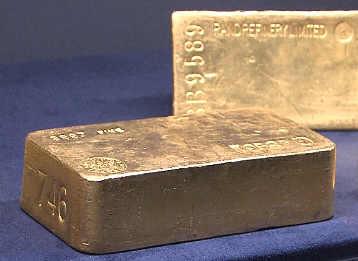 CR - finance - ČNB - bank - currency - gold - brick - coin - ingot ...